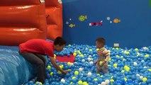 Aire de jeux de Jeu Amusant où les Enfants jouent au centre de la balle de laire de jeux avec des balles de Jeu pour enfant