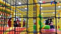 Les enfants à lIntérieur de laire de jeux salle de Jeux Aire de jeux pour les enfants