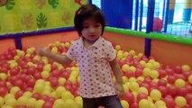 Aire de Jeux intérieure pour les enfants Amusant Aire de jeux pour les enfants Amusant Avec des Toboggans et des boules de Couleur