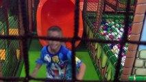 Dintérieur de terrain de jeu damusement de Jouer pour les enfants au centre du sol de laire de jeux avec ballon
