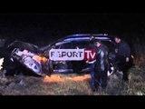Report TV - Fier, dy të vdekur në aksident rrugor, humbin jetën të sapofejuarit