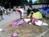 Deux hommes ivres essaient de monter une tente de camping