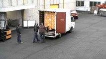 Régis et Régis déchargent des caisses de bière