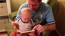 Ce gamins adorent les livres... Bébés trop mignons