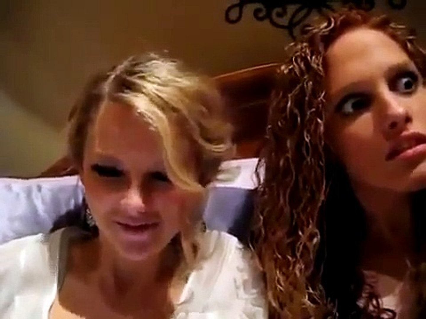Taylor Swift & Abigail Singing On Taylors Bed