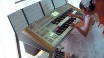 Une fillette de 10 ans joue la musique de Retour vers le futur au synthetiseur