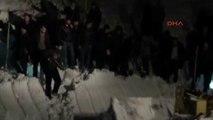 Van Kara Saplanan Minibüsü Kurtarmak İsteyen Yolcuların Üzerine Çığ Düştü: 1 Ölü