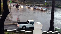 Une Lamborghini Gallardo qui passe sur une route inondée