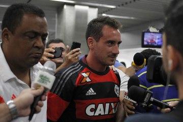 Com pinta de popstar, Mancuello chega ao Rio usand