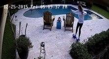 Fail d'une fille avec son hoverboard au bord de la piscine