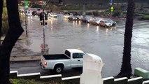 Une Lamborghini Gallardo roule sur une route inondée