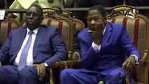 l'ex chef de l'Etat béninois sort de ses entre-jambes une pommade qu'il se passe dans un premier temps sur les mains, jetant un bref coup d'œil à son voisin de droite, le président sénégalais