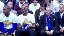 En plein match Kobe Bryant signe ses chaussures pour les donner à un jeune fan