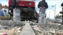 Sığınmacıların Kapattıkları Demir Yolunda Bekleyişi Sürüyor