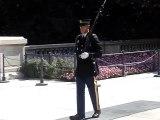 Ce soldat pas trè content que des gens rigolent devant la tombe du soldat inconnu