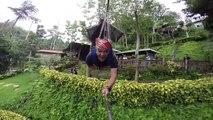 Il teste une des plus longues tyroliennes du monde