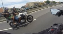 Un motard roule à 150 km/h pour échapper à deux braqueurs sur l'autoroute ...
