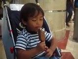Un petit garçon s'endort en mangeant sa glace - un choix difficile: dormir ou manger sa glace Que va t-il faire ?