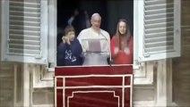 Deux colombes lâchées par le Pape François attaqué par un Corbeau