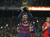 Leo Messi offre son cinquième Ballon d'Or FIFA au public du Camp Nou