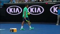 Open d'Australie 2016 : En gentleman, Tsonga aide une ramasseuse de balle mal en point !