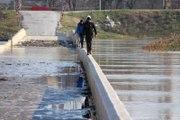 Sulara Gömülen Tarihi Köprüden Tehlikeli Geçiş
