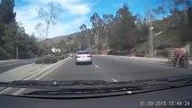 Une femme saute de sa voiture et provoque un accident
