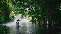 Surfer sur les vagues de Tahiti avec une Motocross !
