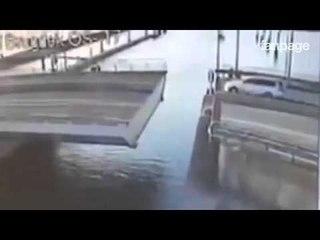 Tenta di saltare il ponte mobile con la sua auto ma guardate cosa succede