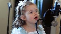 Une petite fille chante le thème de la Petite Sirène. Adorable