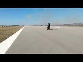Uomo RISCHIA la vita sulla pista di atterraggio