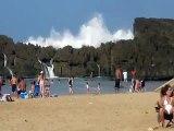 Ondas gigantes em praias que são protegidas por rochas
