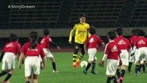 Shinji Kagawa VS 27 Japanese School Kids   The Shinji Kagawa Challenge