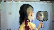 Elle se rase la tête elle-même pour se faire une coupe iroquoise très tendance