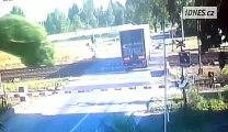 Un camion reste bloqué sur un passage à niveau - Accident impressionnant et chauffeur très chanceux