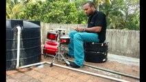 Il joue de la musique sur une mini batterie