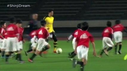 Seul contre 30 enfants, l'étrange match de la star du football japonais Shinji Kagawa