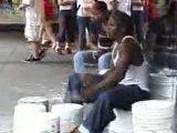 Un batteur de rue qui joue sur un rythme d'enfer, bravo