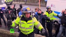 Violences au Royaume-Uni : des antifascistes se heurtent à l'extrême droite à Douvres