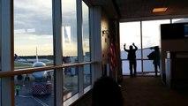 Un couple ayant raté l'embarquement essaie d'attirer l'attention du pilote