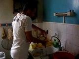 Seb fait la vaisselle