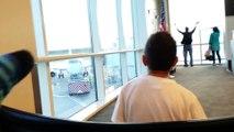 Un couple qui a raté l'embarquement essaie d'attirer l'attention du pilote... Débile!