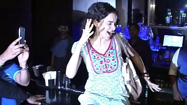 OMG! Kangana Ranaut\'s Paagalpanti In A Pub - Hilarious Dance Video