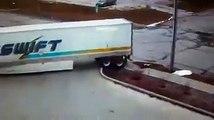 Un chauffeur de camion écrase une bouche d'incendie et essai