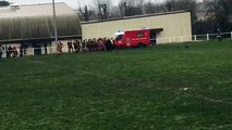 Des rugbymen aident les pompiers à leur manière