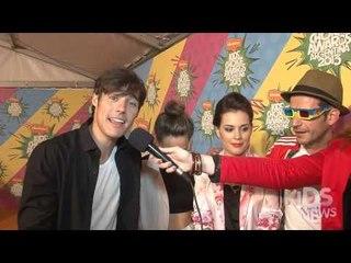 Jorge Blanco y el elenco de VIOLETTA cantando para Aula365y Kids News
