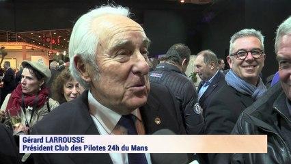 Gérard Larrousse (Club des Pilotes) remet un trophée à Pierre Fillon, Président de l'ACO