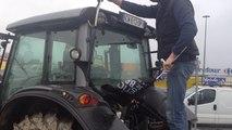 Les agriculteurs bloquent l'accès à Carrefour