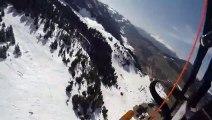 Le skieur Candide Thovex saute au-dessus d'un groupe de speed riding