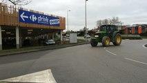 Les agriculteurs bloquent les entrées de Carrefour
